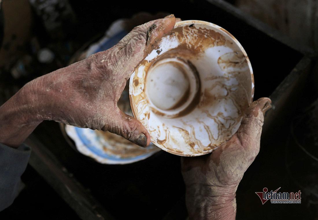 Sau lũ, bùn non đặc quánh bủa vây tâm lũ ở Nghệ An