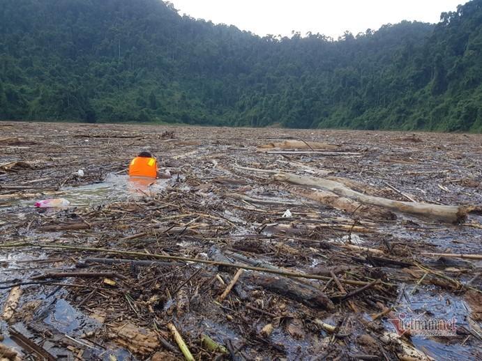 Cán bộ, chiến sĩ chia 2 mũi tìm kiếm 14 người mất tích vụ sạt lở Trà Leng
