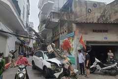 Lao ra từ ngõ, ô tô đâm đổ cột điện, một người bị thương ở Hải Phòng