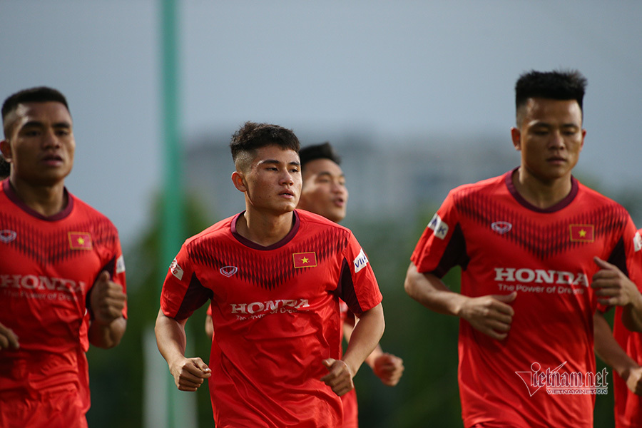 'Sao mai' 17 tuổi toát mồ hôi ngày ra mắt thầy Park