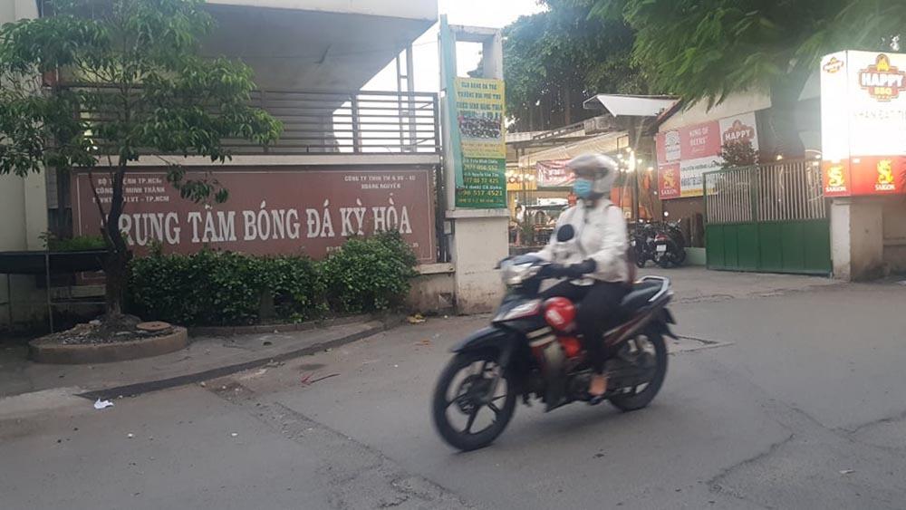 Phát hiện thi thể người đàn ông có vết cắt cổ trong bãi xe ở Sài Gòn