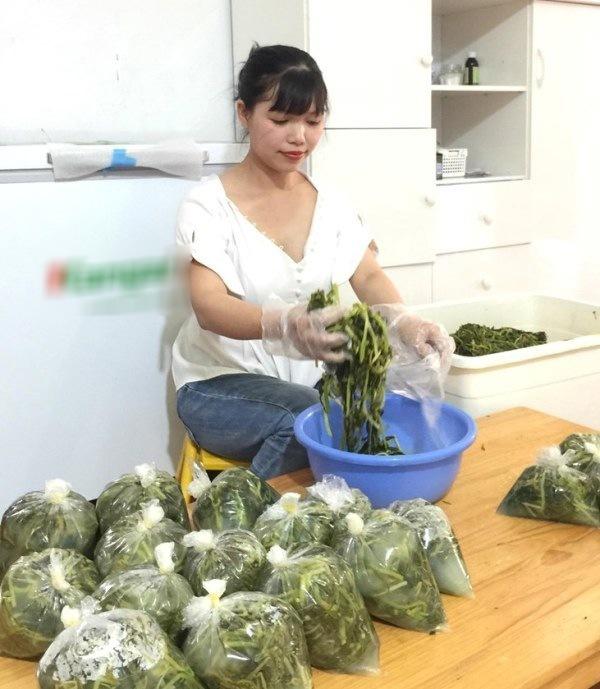 Bán 'món ăn nhà nghèo' giữa Hà Nội, không ngờ kiếm được chục triệu mỗi tháng