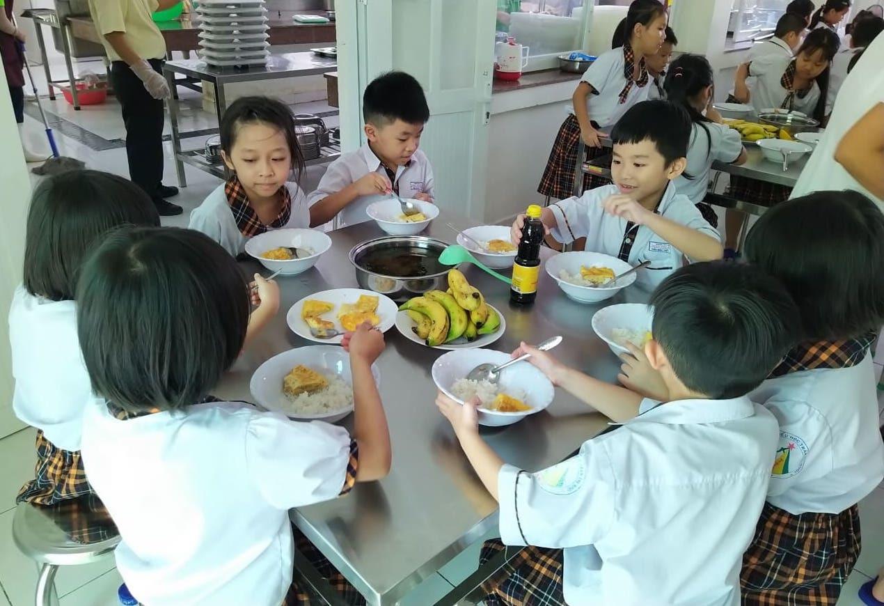 Phụ huynh đến trường trong đêm vì bức xúc suất ăn của trẻ