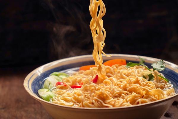 Mì ăn liền có gây nóng trong?