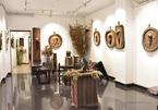 Painter surprises art lovers with wooden bas-reliefs
