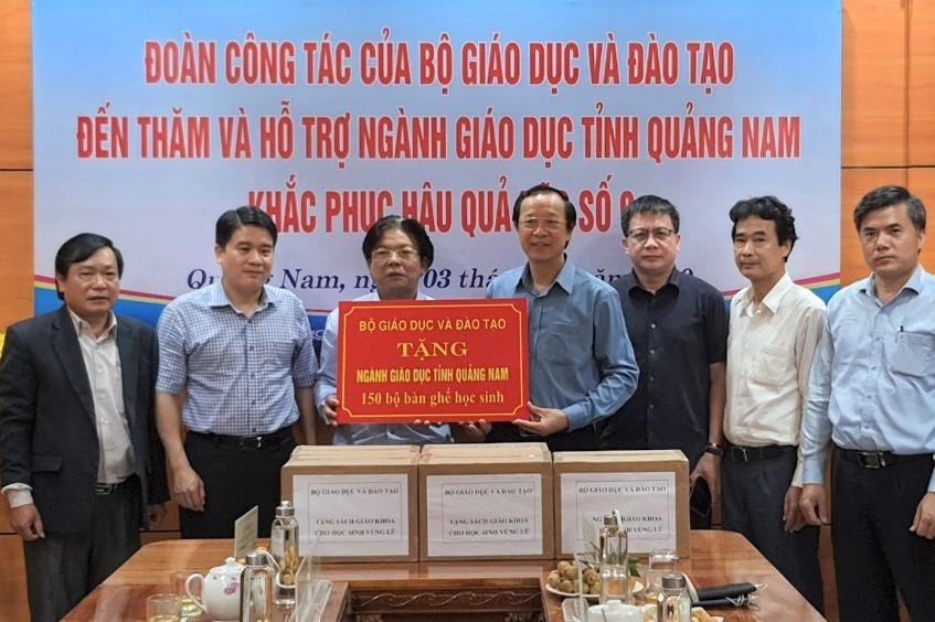Bộ GD-ĐT trao gần 10 tỷ hỗ trợ ngành giáo dục 4 tỉnh miền Trung