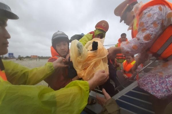 Bão số 10 tiến vào bờ, Quảng Nam khẩn trương sơ tán dân trước 11h ngày 4/11