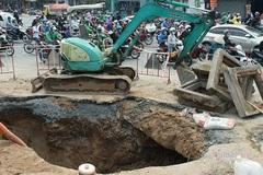 'Hố tử thần' rộng bằng ôtô tải xuất hiện ở ngã tư Sài Gòn