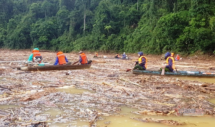 Lật từng phiến đá, bới bùn đất tìm 4 người mất tích ở Phước Sơn