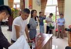 Người dân vui mừng đón 'con dâu' Thủy Tiên về cứu trợ ở Nghệ An