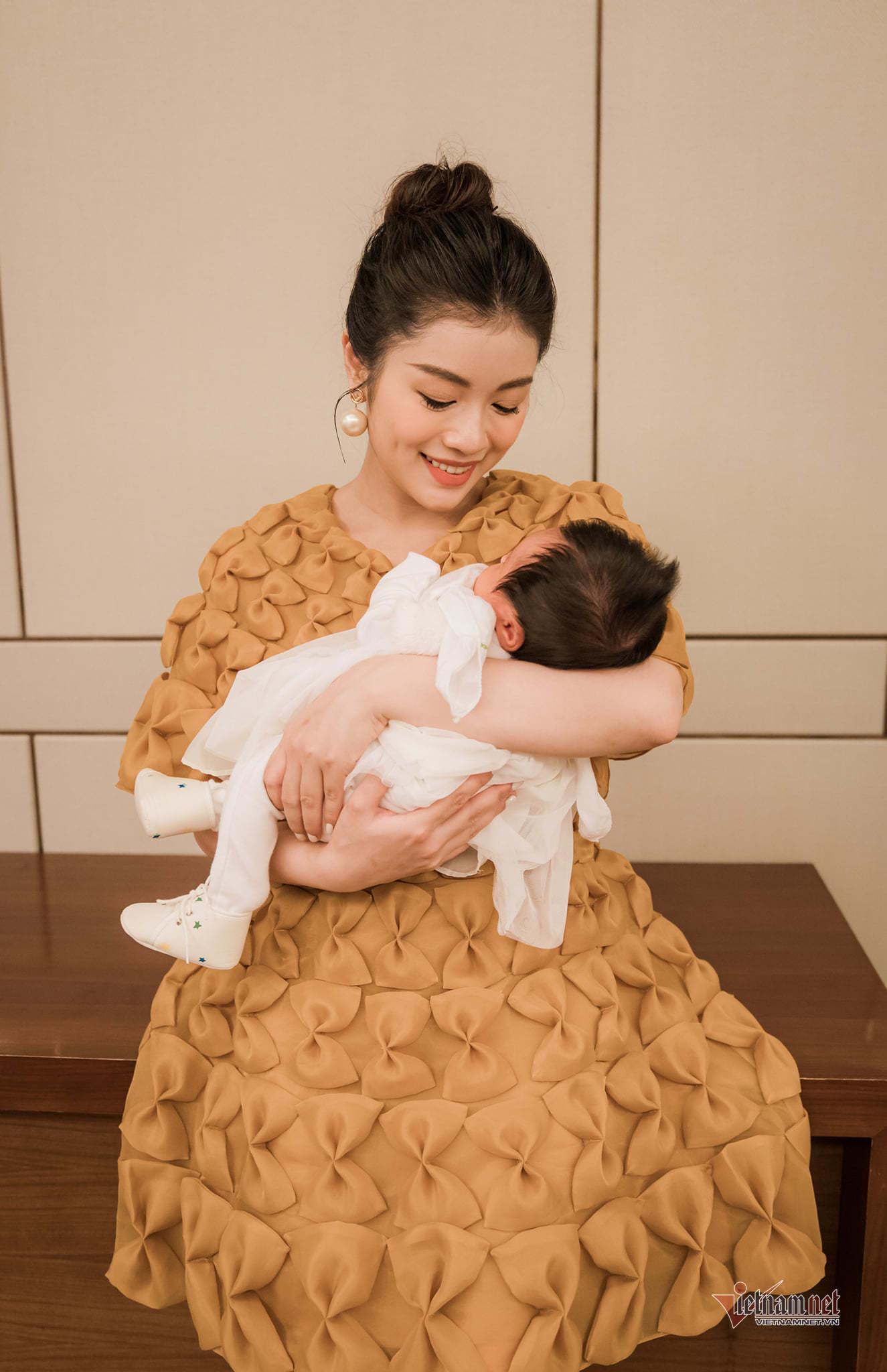 Sao mai Thu Hằng bất ngờ công bố đã kết hôn và làm mẹ