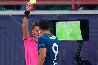 """Luis Suarez bị cảnh cáo vì """"ngó trộm"""" VAR của trọng tài"""