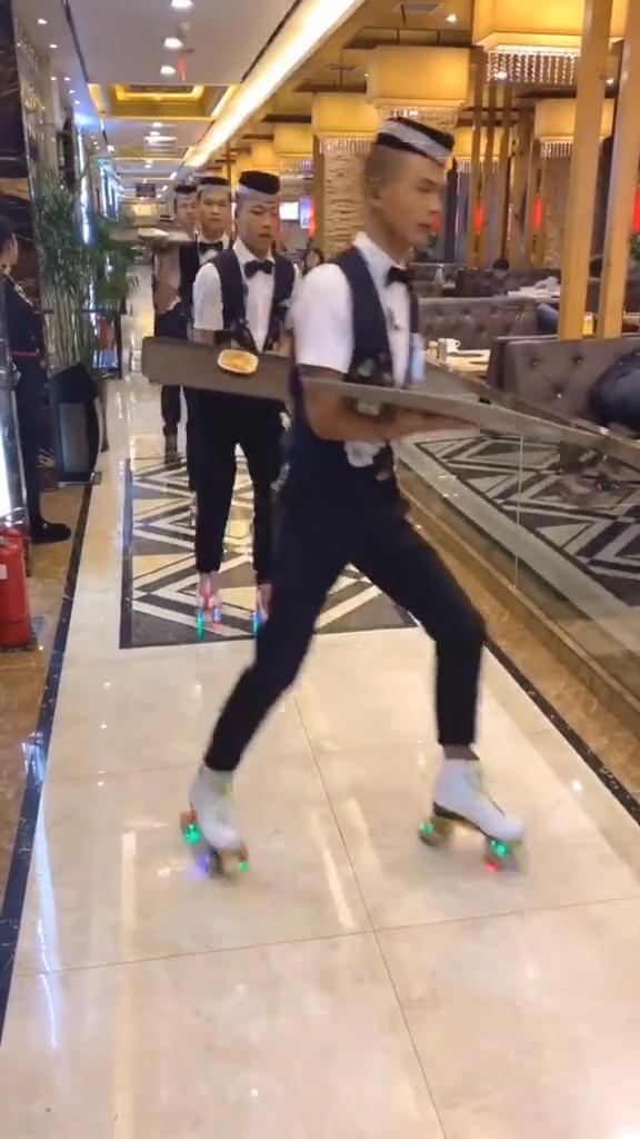 Dân tình chóng mặt với cách phục vụ có 1-0-2: Nhân viên đi giày trượt đưa đồ ăn