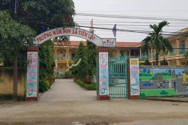 Bé gái 3 tuổi ở Thanh Hóa bị bỏ quên trong nhà vệ sinh trường học