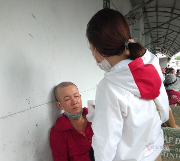 Bố mù, gãy chân, mẹ ung thư, con công nhân không khỏi lo lắng