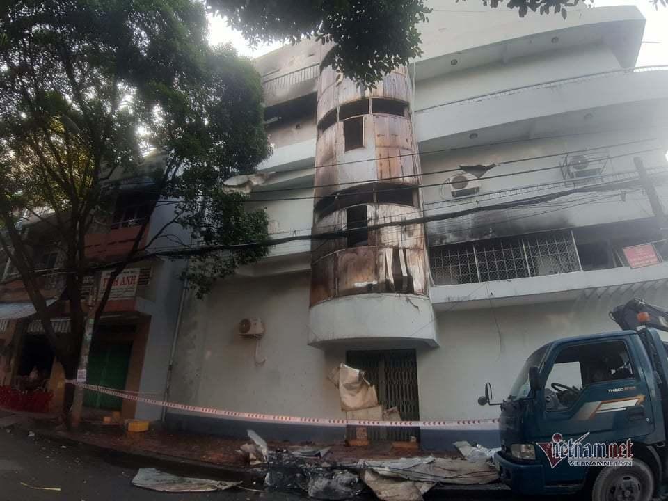 6 người mắc kẹt trong căn nhà 4 tầng bị cháy lúc rạng sáng