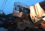 Tàu hỏa tông gãy đôi xe container khi qua đường ở Bình Dương