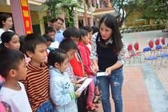VietNamNet trao tặng 100 triệu đồng đến các trường học bị ảnh hưởng do lũ