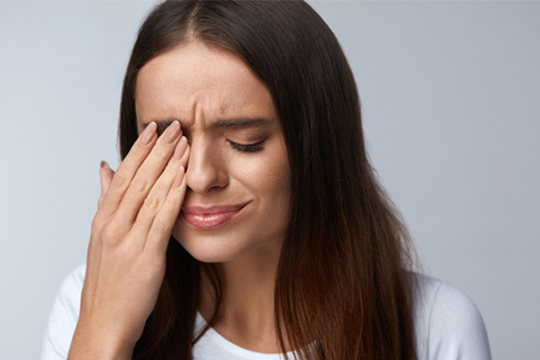Nguy cơ đằng sau hiện tượng nháy mắt liên tục