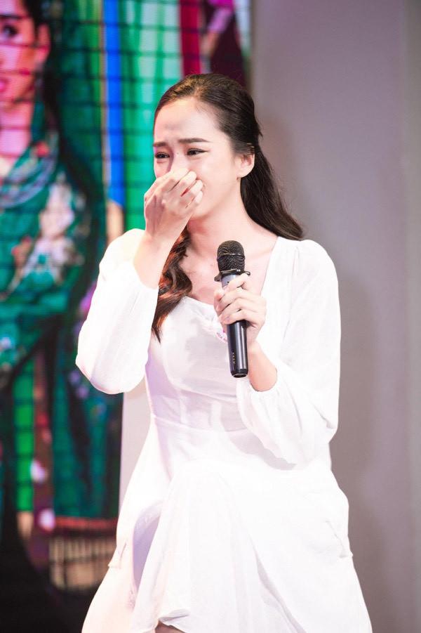 Nữ sinh 19 tuổi từng bán hàng thuê, mê hát vào chung kết HHVN 2020
