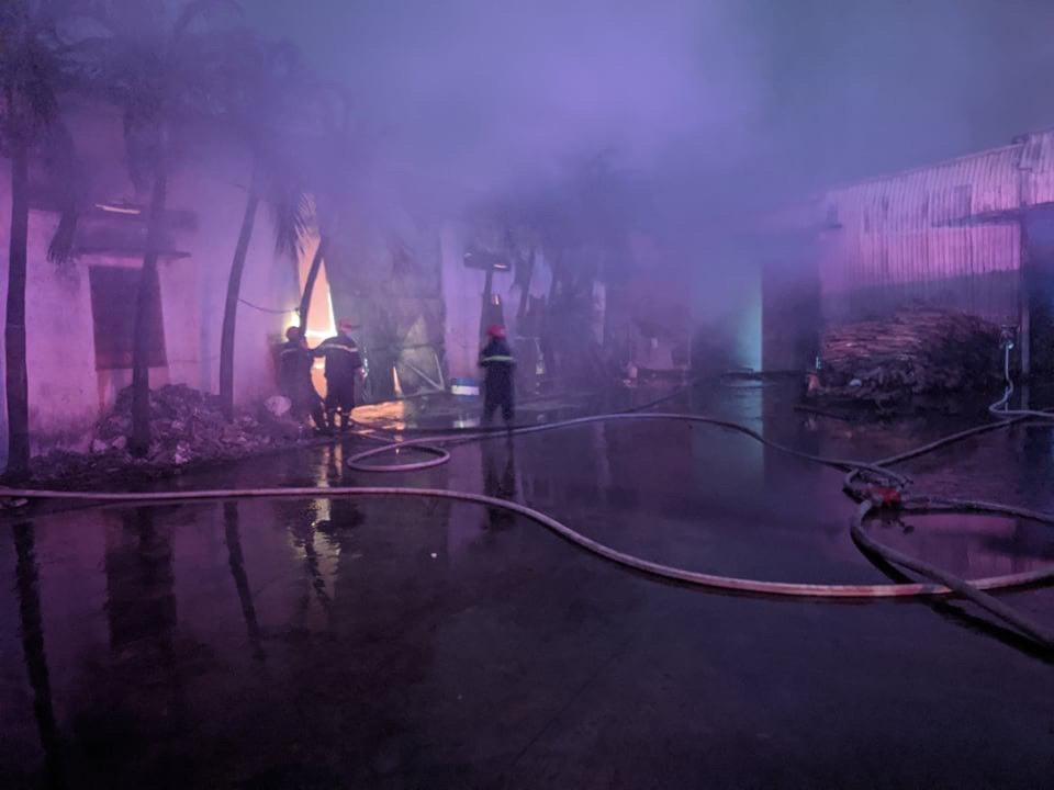 Cháy đỏ trời công ty bao bì ở Bình Dương