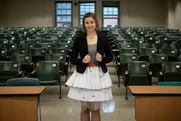 Cô gái mặc váy tạo bởi 17 lá thư từ chối trong ngày bảo vệ luận án tiến sĩ