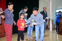 VietNamNet trao 200 suất quà cho người dân vùng lũ Hà Tĩnh