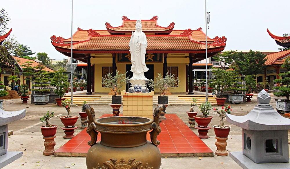 Chuyện gia đình Sài Gòn hiến hết tài sản để xây chùa