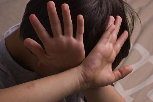 Khi nào hôn người dưới 16 tuổi phạm tội dâm ô?