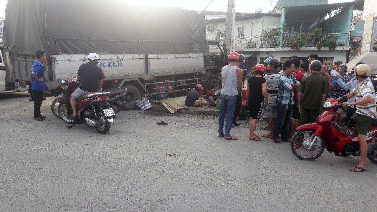Người phụ nữ bán hột gà nướng ven đường bị xe tải tông chết