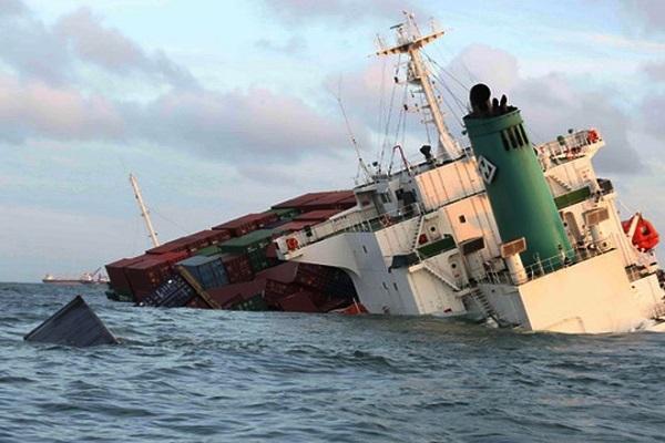 Tàu hàng bị chìm, 7 người thoát chết, thuyền trưởng mất tích