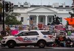 Hàng rào an ninh Nhà Trắng phủ đầy biển 'ông Trump thua'