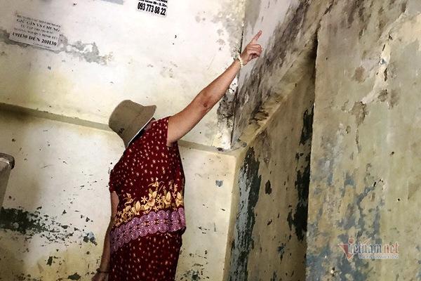 Sống trong nhà vệ sinh, lối đi ở chung cư 'chờ sập' ngay trung tâm TP.HCM
