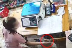 Ba mẹ con dàn cảnh trộm tiền tinh vi trong siêu thị