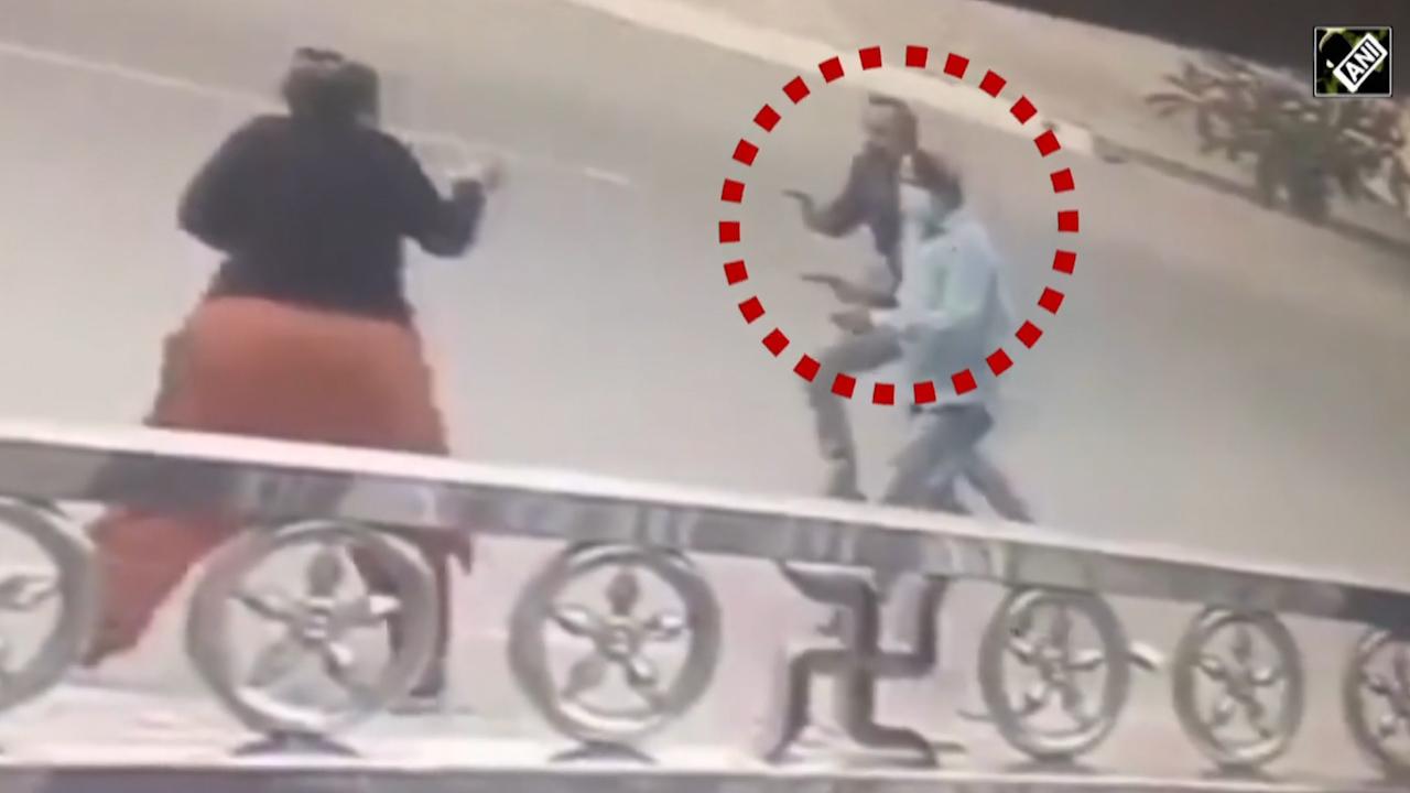 Clip hành động của chủ nhà khiến tên trộm xe máy hoảng hồn nóng nhất MXH