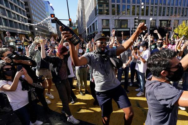 Người Mỹ tràn ra đường, reo hò mừng chiến thắng của ông Biden
