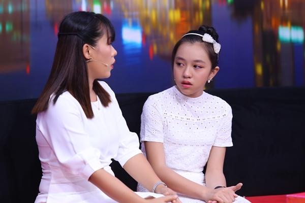 Bé gái 11 tuổi bị thương vì quá bao bọc, bật khóc vì sợ mẹ giận