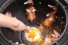 Vịt lu đất, ngan cháy tỏi: Ngon lạ Hà thành, xếp hàng chờ ăn