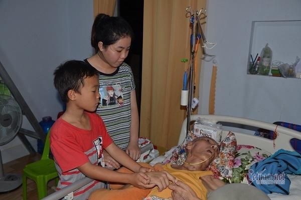 Gánh nặng chất vai cô gái trẻ phải nuôi cha bại liệt, mẹ tâm thần, 3 em trai nhỏ
