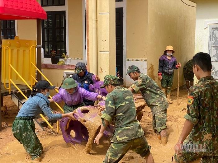 Nữ Giám đốc Sở bật khóc nhìn cảnh trường tan hoang ở Hướng Hóa