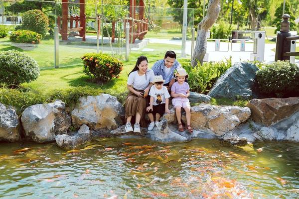 Không gian vườn Nhật tại Vinhomes Smart City rộng tới 6ha với các điểm nhấn đậm chất Nhật Bản: hồ cá Koi, con đường đèn lồng, thác đá cao gần 20m nhập nguyên khối từ Nhật Bản…