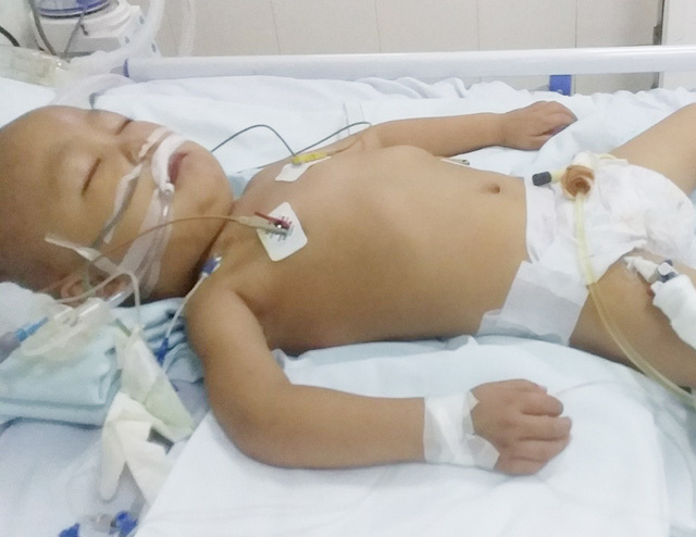 Bé trai ngộ độc đến bại liệt khi đang cầm cự chiến đấu với ung thư máu - Ảnh 2