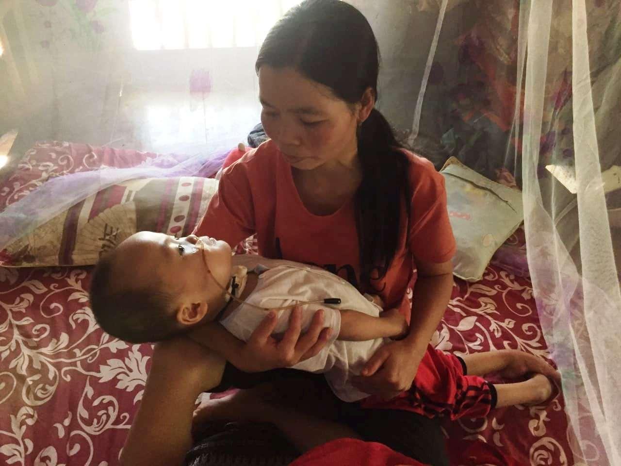Bé trai ngộ độc đến bại liệt khi đang cầm cự chiến đấu với ung thư máu