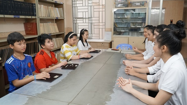 Thí sinh Hoa hậu Việt Nam sửa sang mái ấm Thiên Ân cho trẻ em khiếm thị