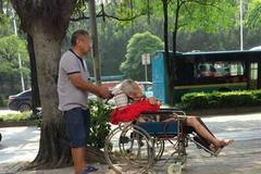 Bà lão 87 tuổi bị con đẩy ra đường mỗi đêm, sáng mới được vào nhà