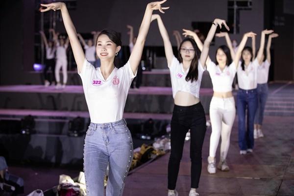 Hoa hậu Mỹ Linh, Tiểu Vy mặt mộc tổng duyệt Người đẹp thời trang