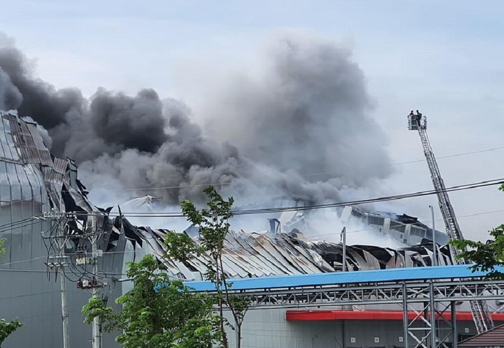 Nhà xưởng ngàn mét vuông ở Sài Gòn chìm trong biển lửa
