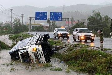 Bão số 12 quật đổ ô tô ở Phú Yên, hàng loạt cây xanh bật gốc