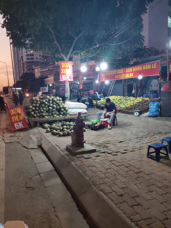 Trái cây Việt giá rẻ chưa từng có tràn lan khắp vỉa hè Hà Nội