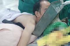 Nam thanh niên vào viện với cối xay thịt cuốn cánh tay ngập đến vai